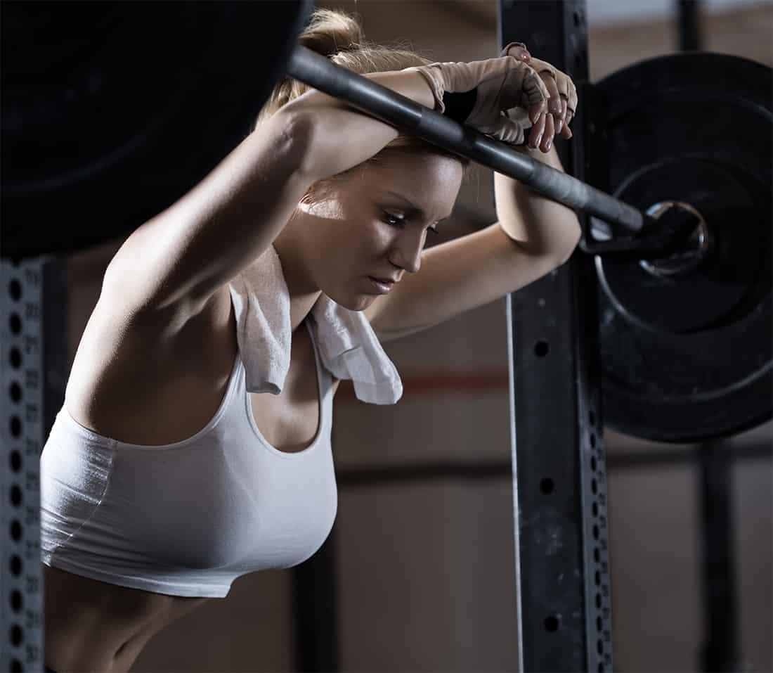 Выполнение упражнения со штангой