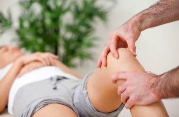 Осмотр женщины с травмой колена