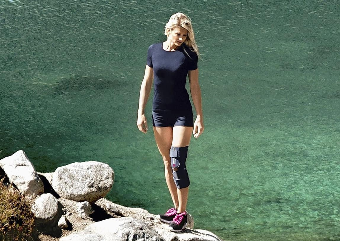 Женщина с фиксатором колена